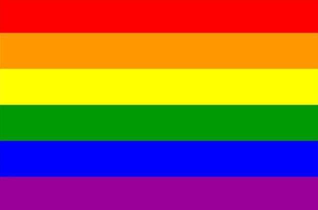 Klasyczna flaga ruchu LGBT LGBTQ+ z sześcioma kolorami.