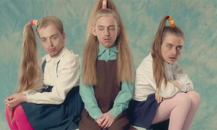 Twarz meżczyzny wklejona do trzech ciał dziewczynek