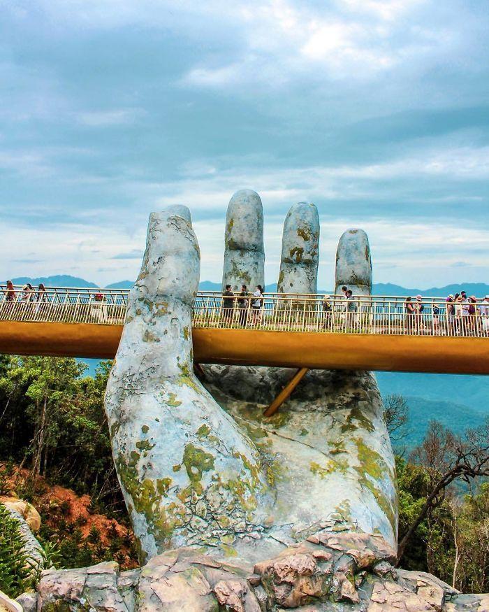 Most z kamienną dłonią