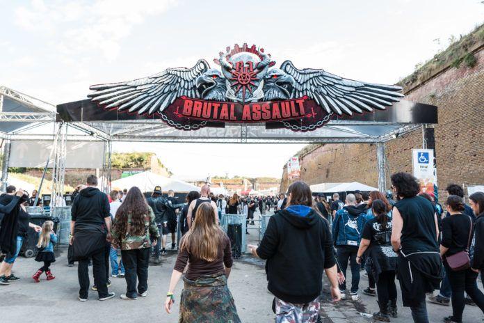 Brama wejściowa na festiwalu Brutal Assault z imprezowiczami