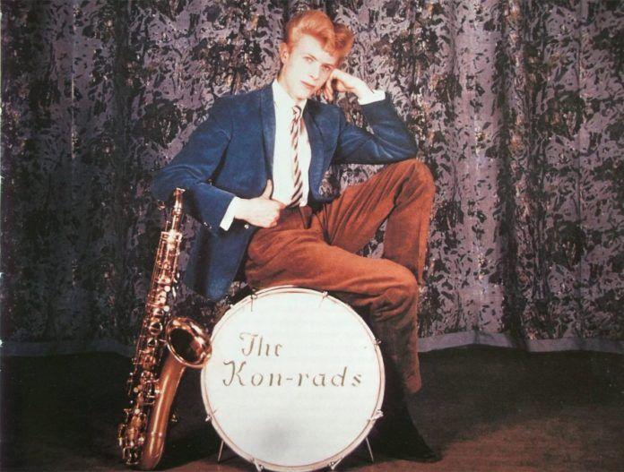 Mężczyzna siedzący na bębnie perkusyjnym