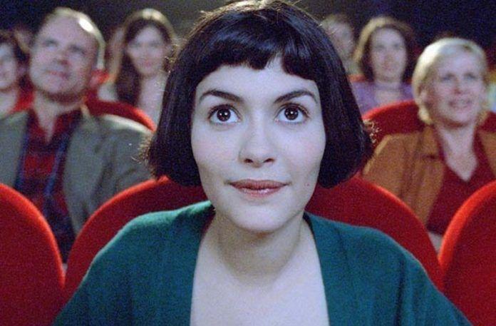 Dziewczyna z krótkimi włosami do ucha siedząca w kinie