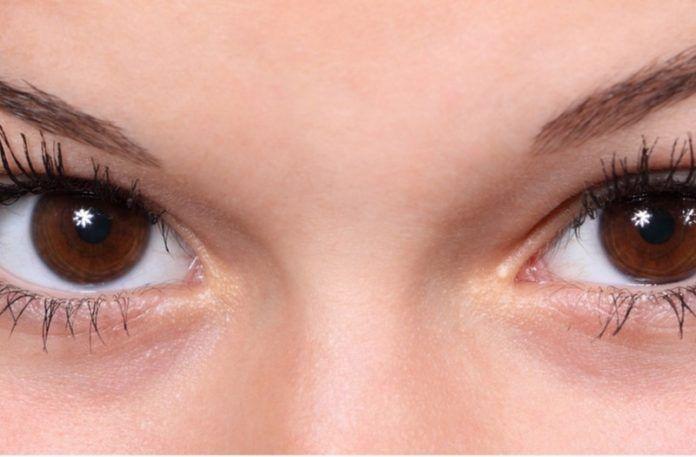 Zbliżenie na brązowe oczy kobiety