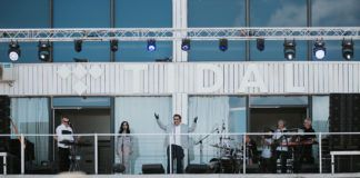 Mężczyzna stojący na balkonie