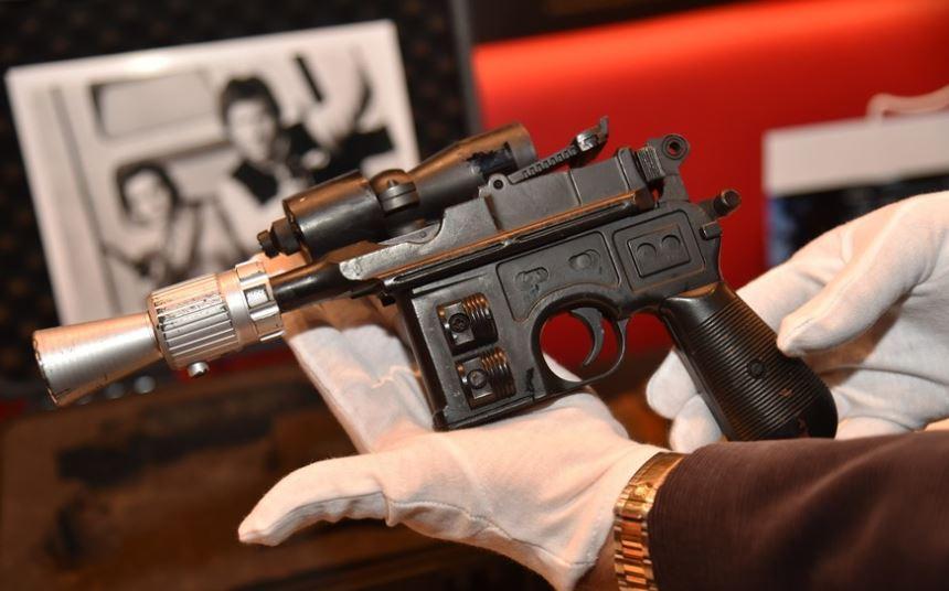 akcesoriat czarnego koloru i srebrna koncowka, pistolet