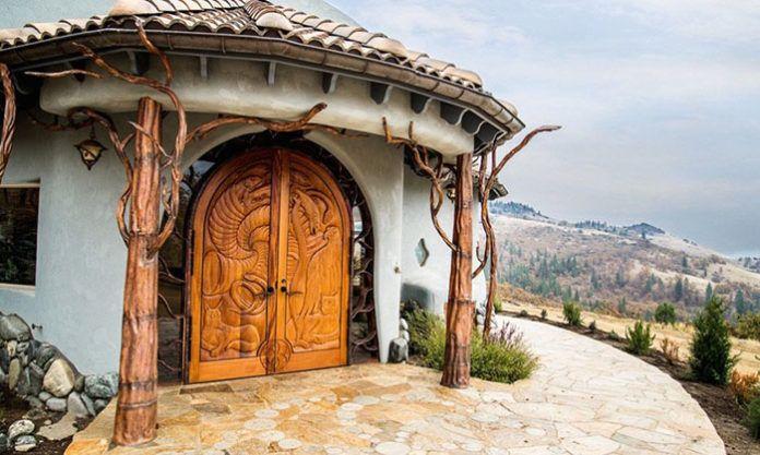 Dom z dużymi, rzeźbionymi drewnianymi drzwiami
