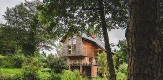 Drewniany dom wśród zieleni