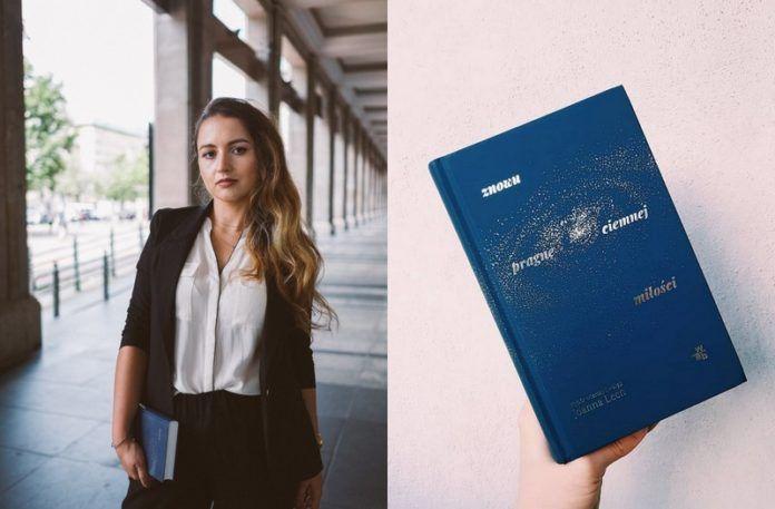 Dziewczyna ubrana w biała bluzkę i marynarke, obok książka