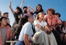 Grupa dziewczyn siedząca na ławkach