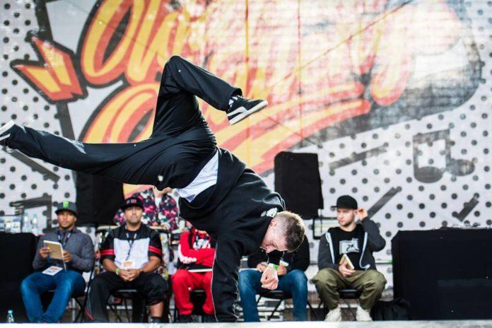 Chłopak na scenie tańczący breakdance