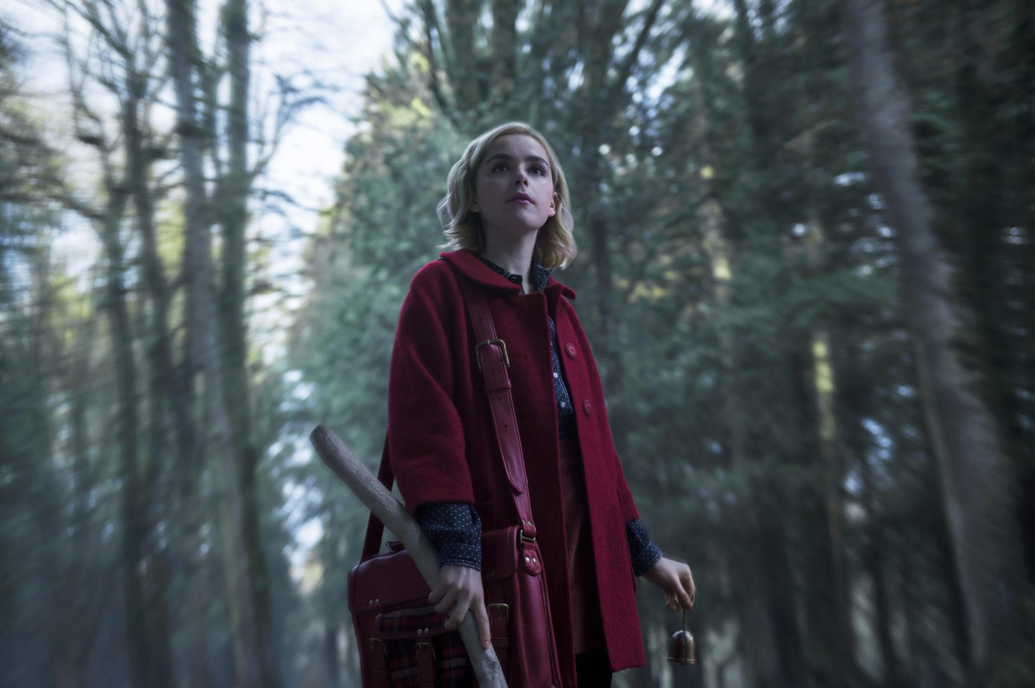 Dziewczyna w czerwonej pelerynie w środku lasu