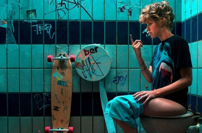 Dziewczyna siedząca na toalecie
