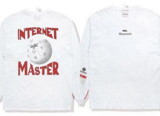 Biała bluza z napisem Internet Master i logiem Wikipedia