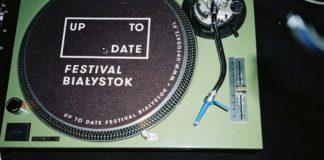 Gramafon z płytą z napisem up to date festival