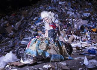 Modelka ubrana w śmieci