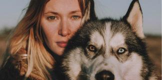 Kobieta z różnokolorowymi tęczówkami i husky