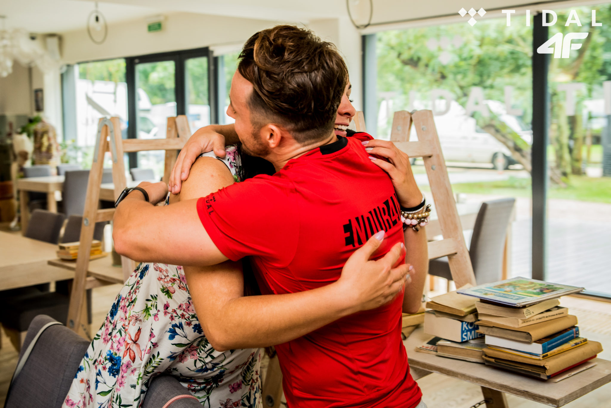 Mężczyzna w czerwonej koszulce przytuląjacy kobietę