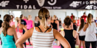 Tył pleców kobiety podczas treningu