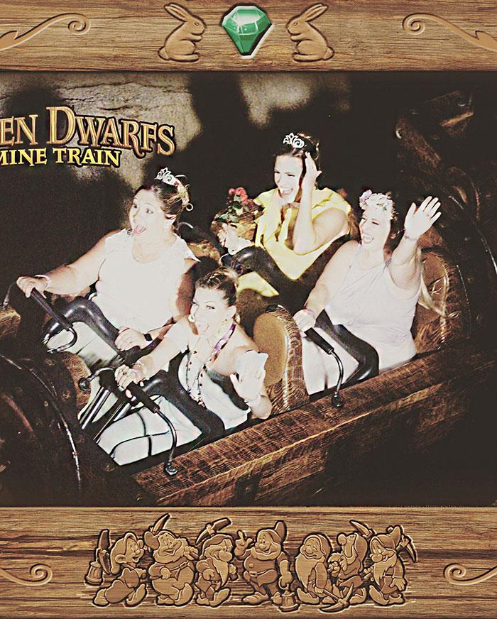 Dziewczyna w żółtej sukience na roller coaster