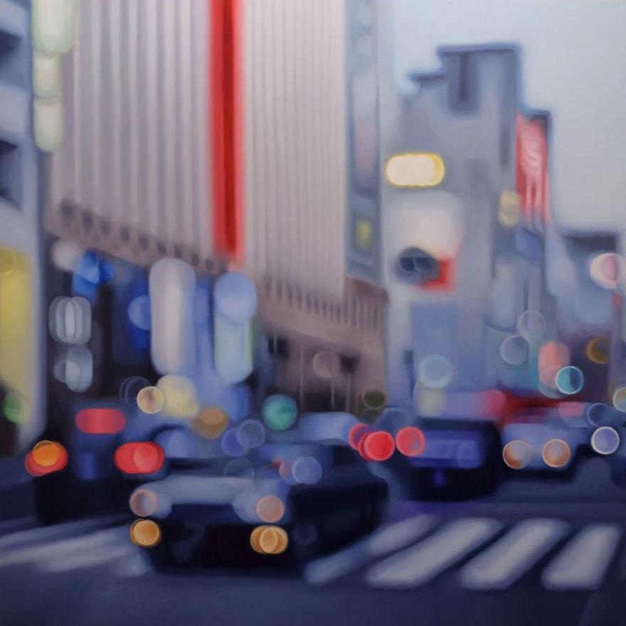 obraz sprawiający wrażenie nieostrego zdjęcia przedstawiający samochody na ulicy