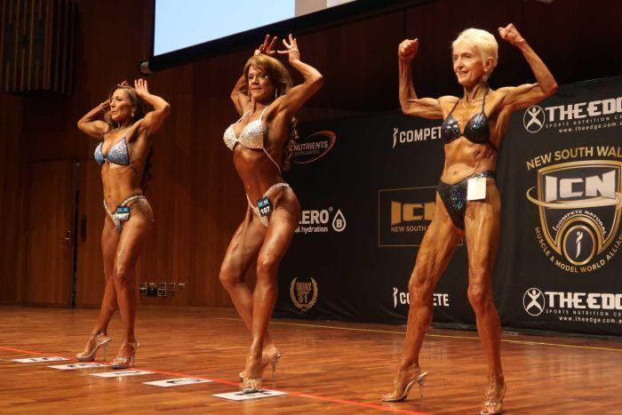 Trzy starsze umięśnione kobiety na scenie w bikini