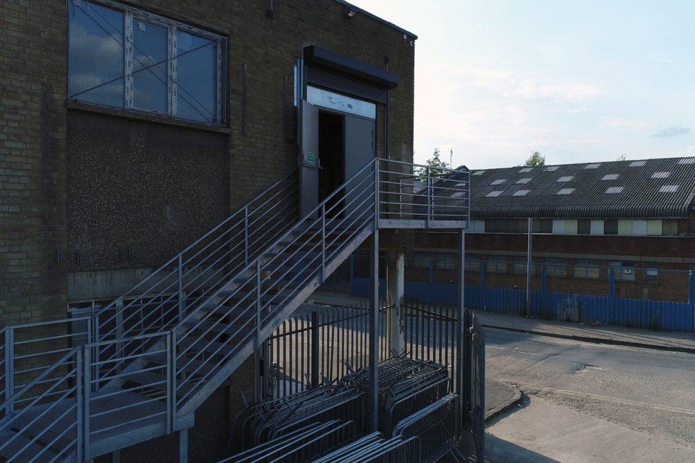 Zdjęcie klubu Fold we wschodnim Londynie ze schodami i ścianami z cegły