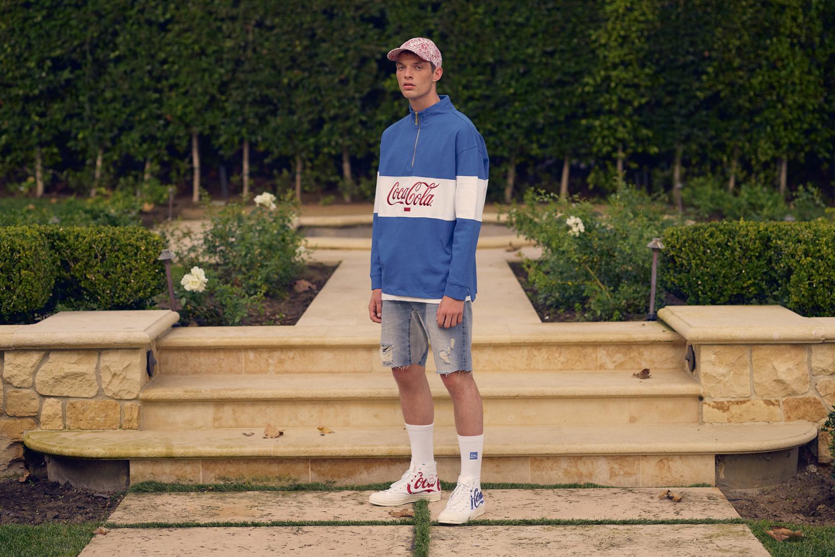 Mężczyzna w ubraniach w logotypem Coca-Cola