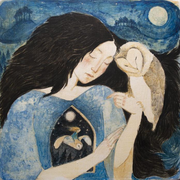 Na zdjeciu widzimy ilustracje dziewczyny o czarnych wlosach ktora przytula do siebie sowe