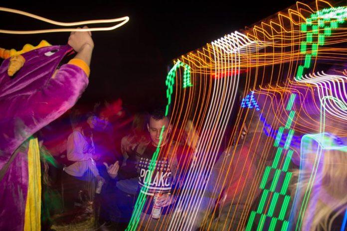 Ludzie bawiący się na festiwalu Project Masow