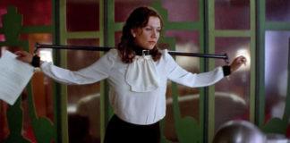 """Screenshot z filmu """"The Secretary"""" przedstawiający Lee Holloway w urządzeniu ograniczającym ruch"""