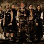 Zespół Tanzwut w makijażach z liderem z czerwonym piorunem na twarzy i stylizowanymi na rogi włosami