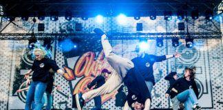 Chłopak tańczący breakdance na scenie