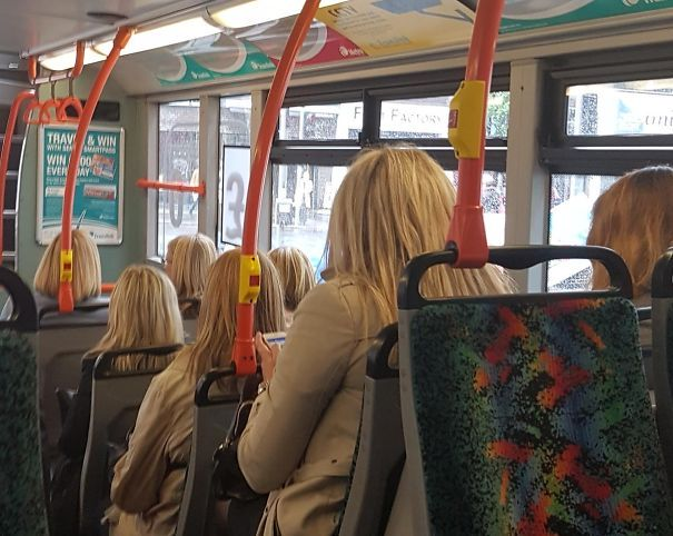 Trzy kobiety ubrane tak samo, z takim samym kolorem włosów w autobusie
