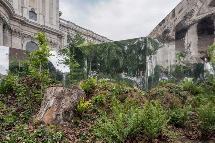 Widok tajemniczego ogrodu i luster