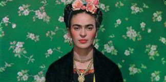 Kobietaa z gęstymi brwiami i kokardą na głowie na zielonym tle
