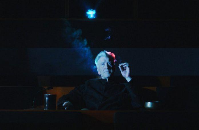 Mężczyzna siedzący w ciemnej sali
