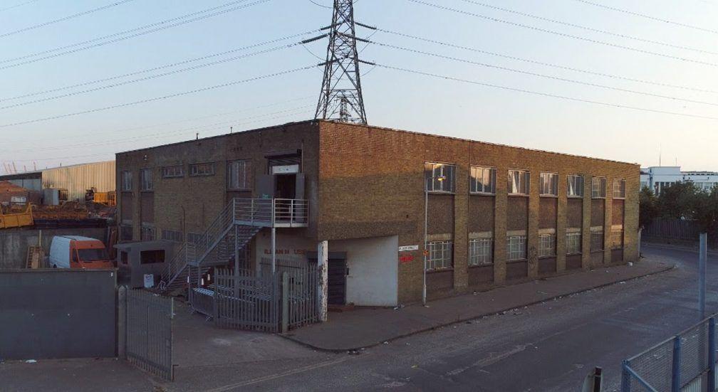Zdjęcie klubu Fold we wschodnim Londynie ściany z cegieł i metalowe schody