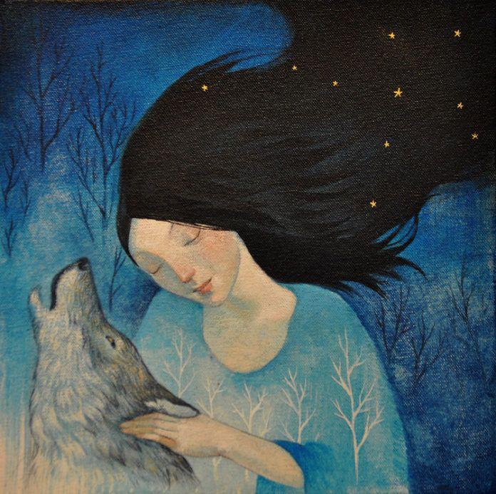 Na zdjeciu widzimy dziewczyne w czarnych wlosach ktora przytula w ciemna noc wyjacego wilka