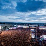 Zdjęcie przedstawiające ogromny tłum pod sceną na festiwalu Mera Luna w Niemczech