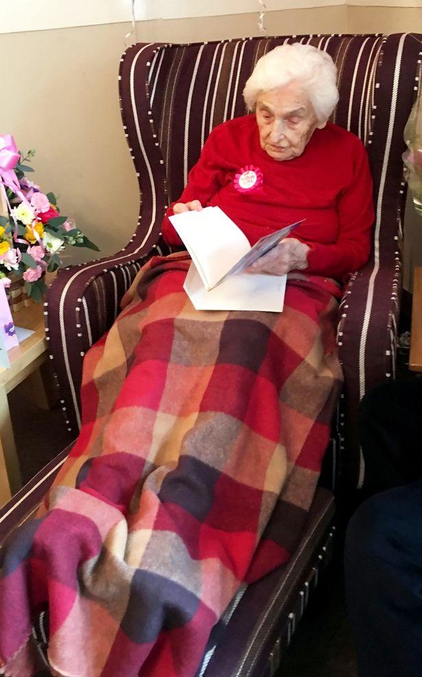Starsza kobieta siedząca z książką