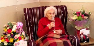 Starsza kobieta z kieliszkiem wina