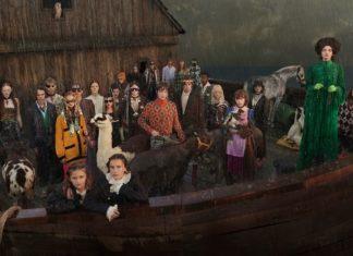 Grupa ludzi i zwierzęta stojący na drewnianej arce