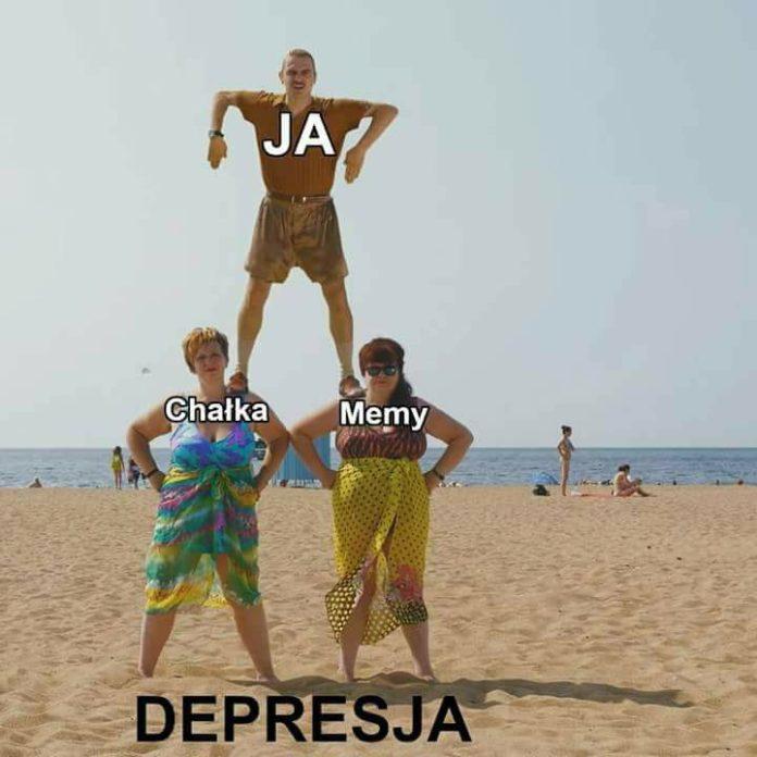 Mem przedstawiający piramidę ludzką z trzech osób na plaży podpisanych od góry: ja, chałka, memy i depresja