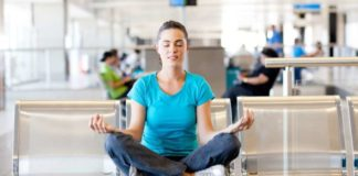 Kobieta medytująca na lotnisku