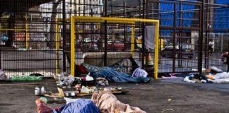 Ulica pelna śmieci, dwa materace na środku