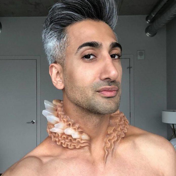 Mężczyzna z dziwnym naszyjnikiem cielistym z kryształów