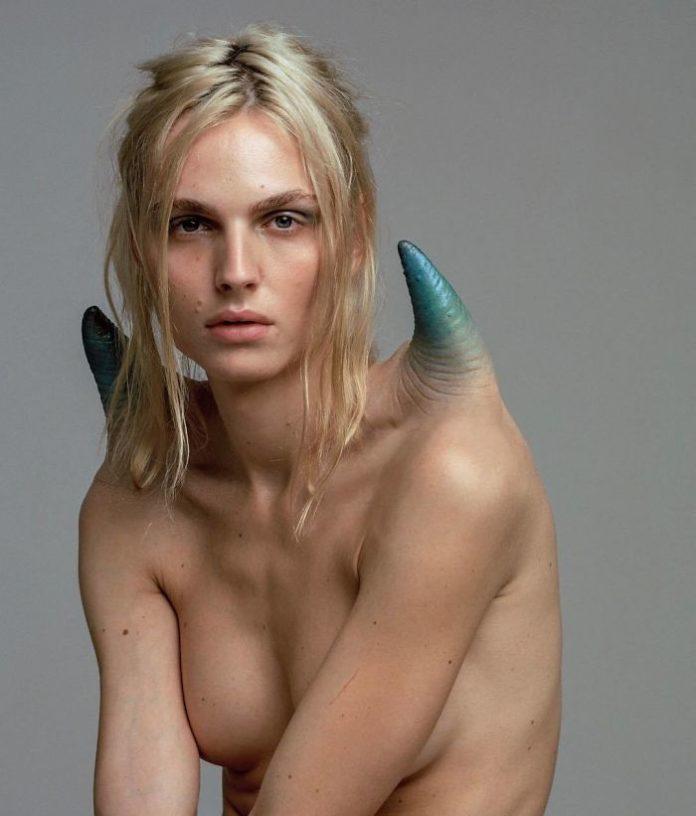 Modelka z Niebieskimi rogami doczepionymi do ramion