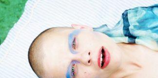 Łysa dziewczyna z oczami pomalowanymi na niebiesko