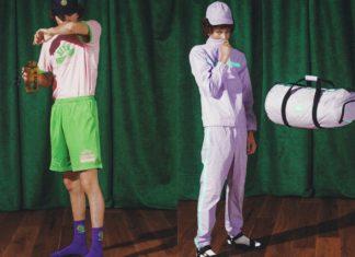 Dwóch chłopaków obranych w ortalione spodnie, długie skarpety i sandały