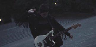 Dziewczyna z gitarą w ręku